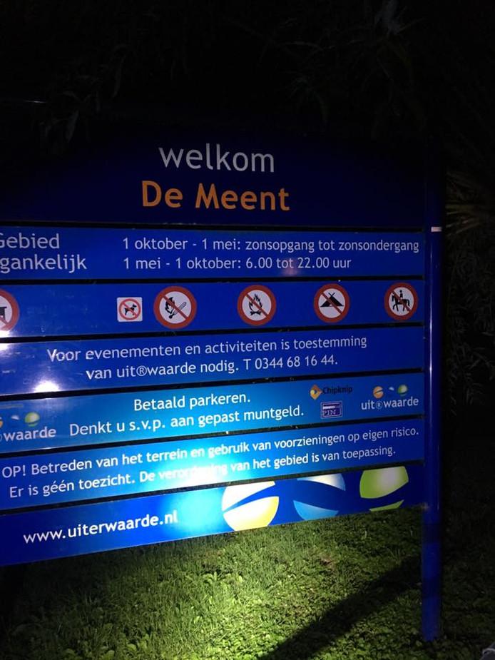 Middels dit bord worden bezoekers gewaarschuwd na 22.00 uur niet meer het terrein op te gaan.