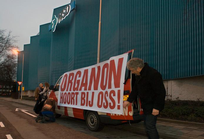 Tegenstanders van de overname van Organon in 2011 in actie voor het behoud van hun bedrijf.