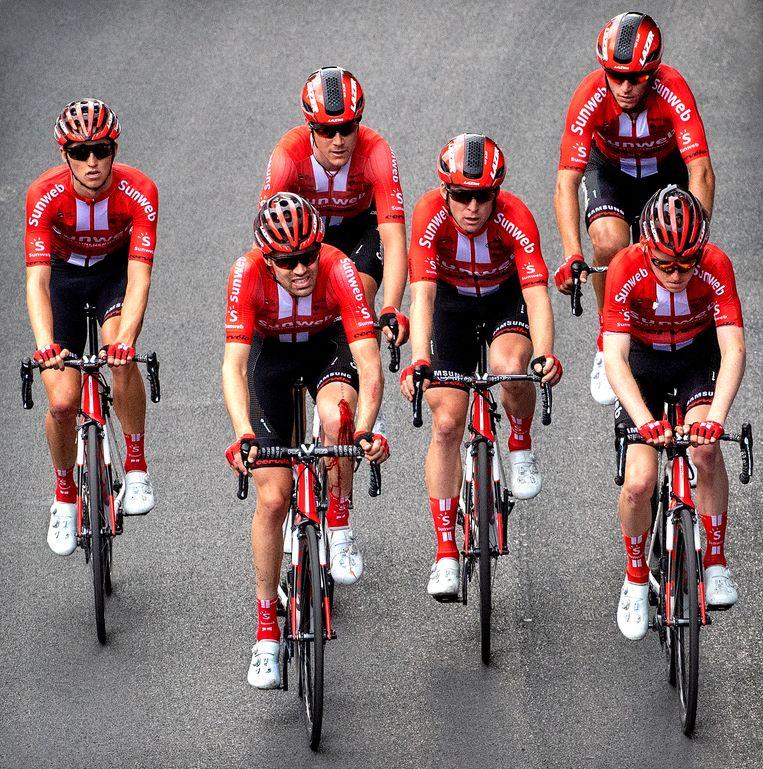 Tom Dumoulin (tweede van links ) met een bebloede linker knie tussen zijn ploeggenoten in de Giro d'Italia.  Beeld Klaas Jan van der Weij