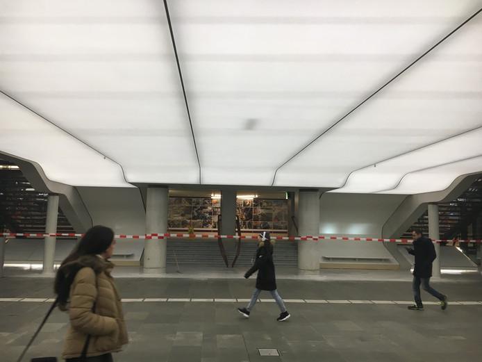 De doorgang naar de oude spoortunnel in het station in Eindhoven gezien vanaf de nieuwe passage.