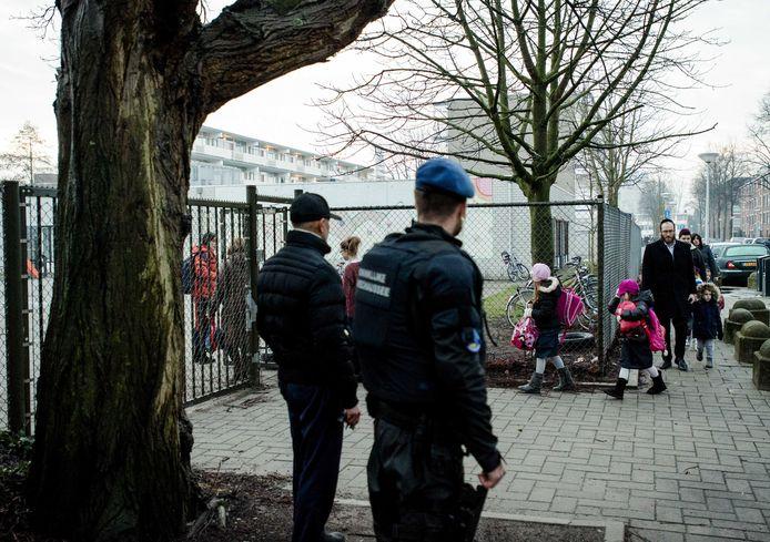 Na een aanslag in Parijs in 2015 werden in Amsterdam Joodse scholen beter beveiligd.