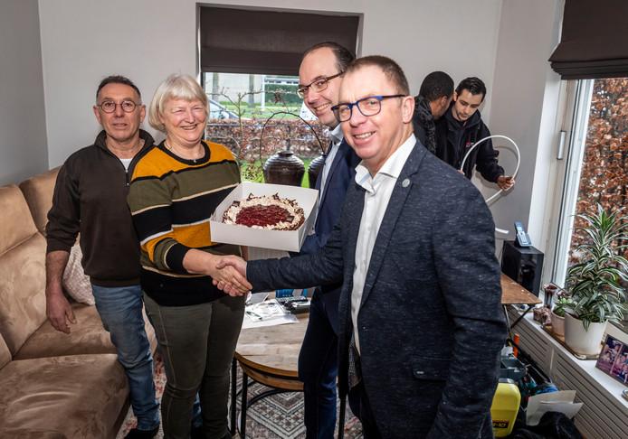 E-Fiber sluit samen met provider TriNed de eerste woning in Deurne aan op het glasvezelnetwerk. vlnr: bewoners Toon en Petra Louwers, Paul van Wanrooij van TriNed en wethouder Helm Verhees van Deurne.