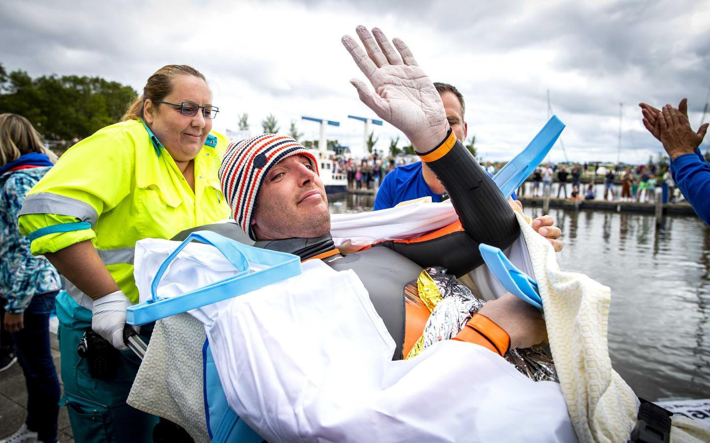 Maarten van der Weijden uit Waspik vlak nadat hij zijn zwemtocht langs elf Friese steden moest staken. Met zijn zwemtocht haalde de olympisch zwemmer geld op voor kankeronderzoek.