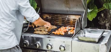 Veilig barbecueën: 'Eerst de rook weg, dan pas het vlees erop'