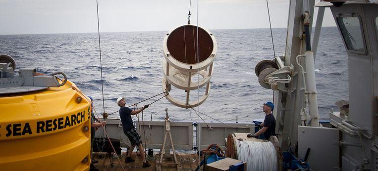 Slechts één sedimentval keert terug aan boord. De andere ligt op de zeebodem. Beeld Ronald Veldhuizen