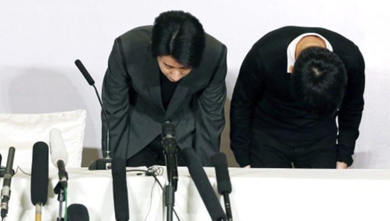 Jaycee Chan maakt een diepe buiging om zijn excuses kracht bij te zetten.