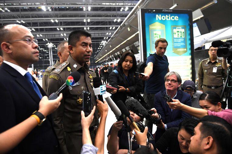 Surachate Hakparn, chef van de Thaise immigratiedienst, staat pers te woord op de luchthaven van Bangkok.