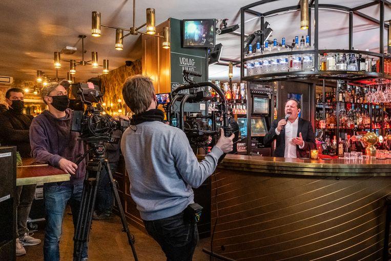 Volkszanger Robert Leroy tijdens tv-opnames in café The Corner op het Scheldeplein.  Beeld Dingena Mol