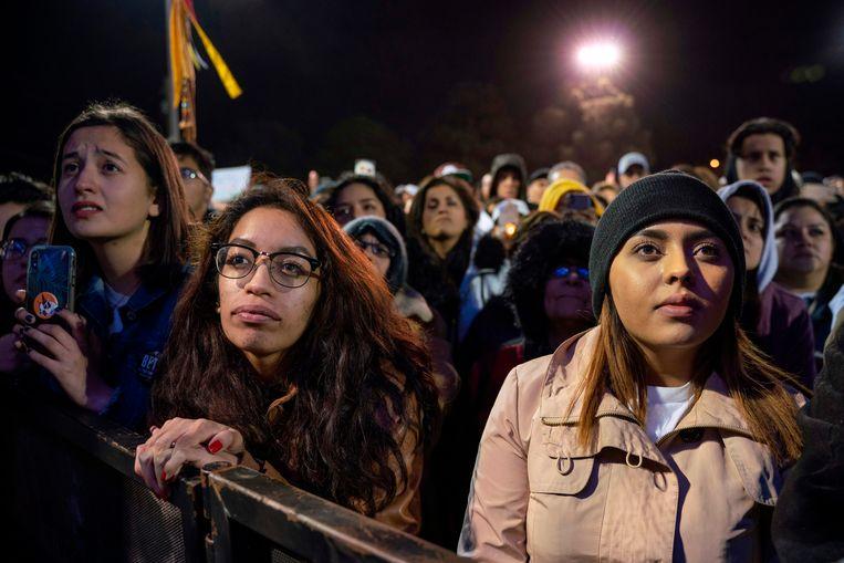 Aanhangers van de Democraat Beto O'Rourke (hij deed vorig jaar een mislukte gooi naar een senaatszetel) doen maandag mee aan een Mars voor de Waarheid in de grensstad El Paso.   Beeld AFP