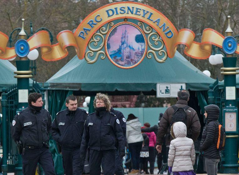 De rugzakkencontrole in Disneyland Parijs.