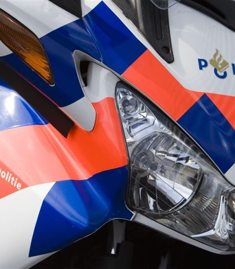 Snelheidsmaniak met zoon (14) achterop motor is politie te snel - maar niet te slim - af bij Zutphen