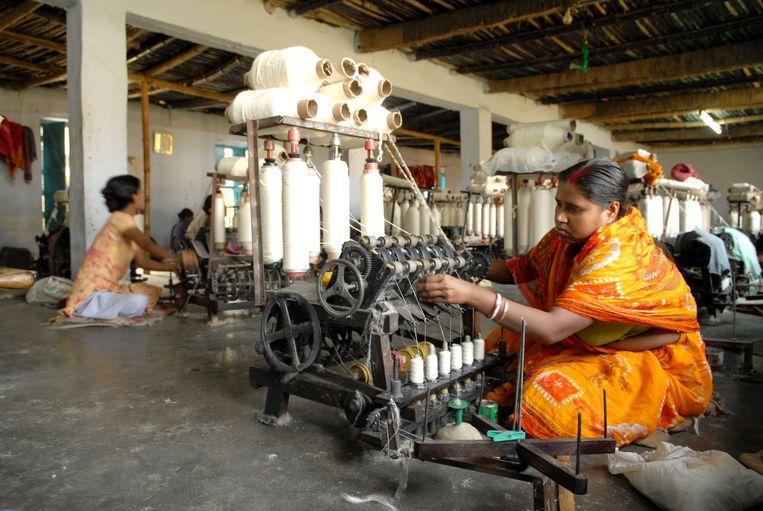 Spinnerij in Murshidabad in India (dit is niet een van de spinnerijen in het artikel).  Beeld   Indranil Bhoumik / Getty