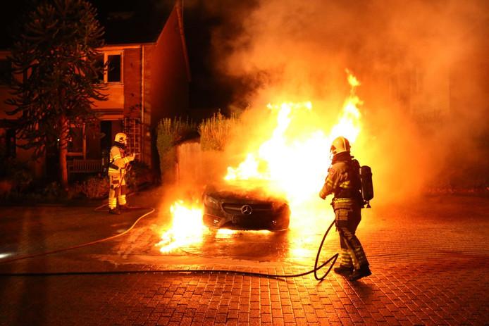 Mercedes brandt uit in Arnhem.