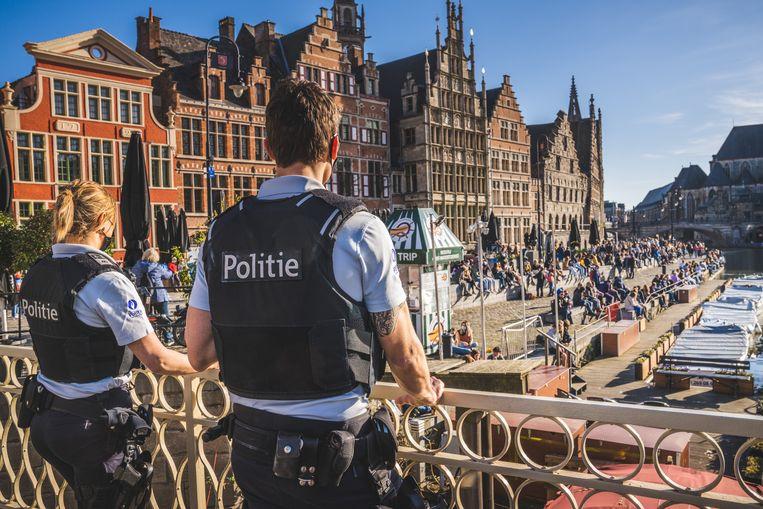 Politieagenten kijken uit over de Graslei in Gent. Beeld Wannes Nimmegeers