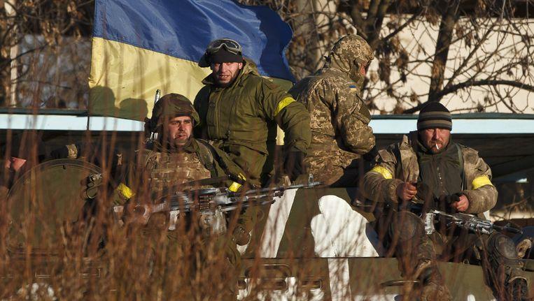 Oekraïense soldaten trekken zich terug uit Debaltseve. Beeld AP