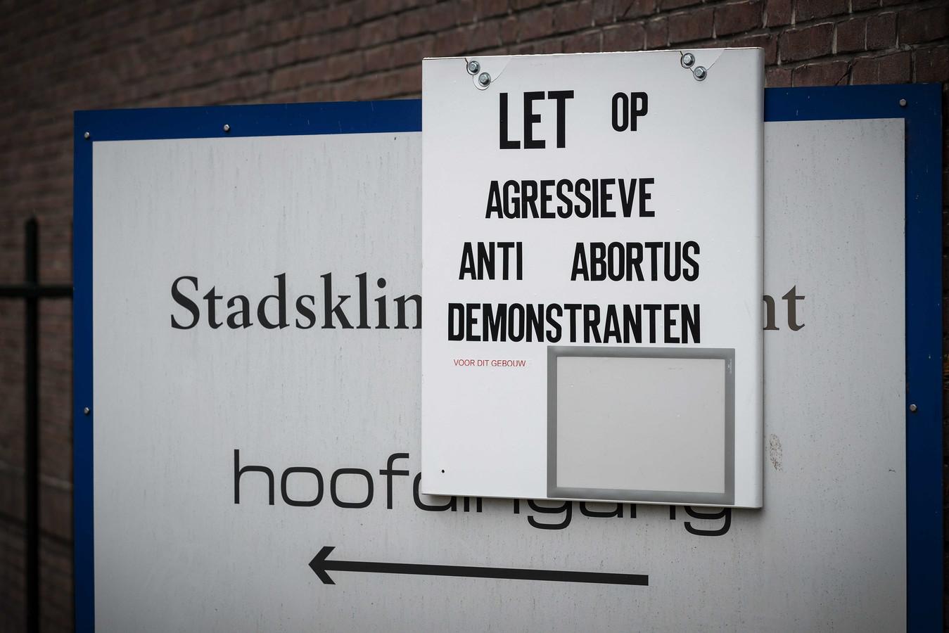 Voor de deur van de abortuskliniek aan de Biltstraat in Utrecht is vorig jaar een bord opgehangen waarmee wordt gewaarschuwd voor agressieve anti-abortusdemonstranten.