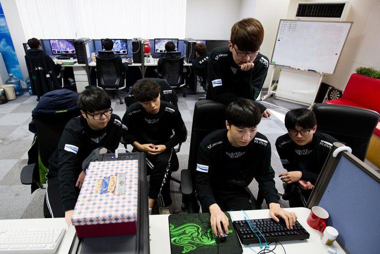 Gamers in Seoul spelen Starcraft om de computer in het spel te trainen. Beeld getty