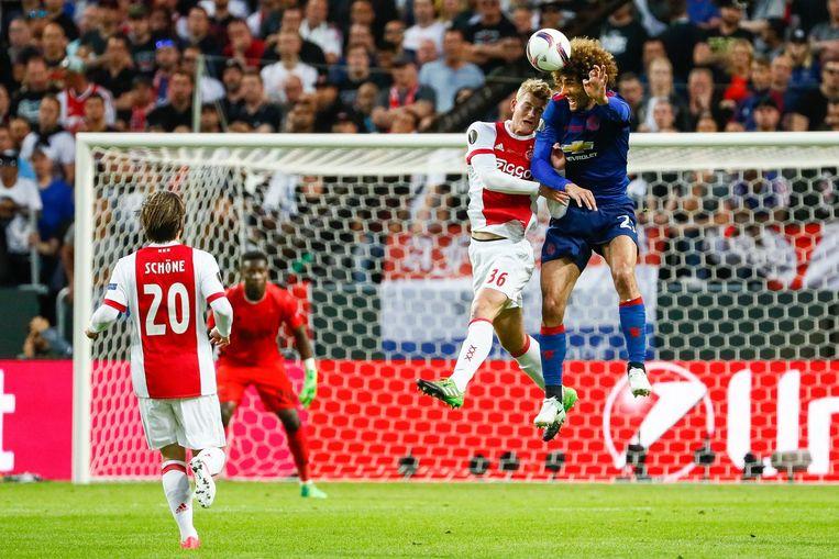 Mathijs de Ligt van Ajax in duel met Marouane Fellaini van Manchester United (R) tijdens de finale Europa League. Beeld anp