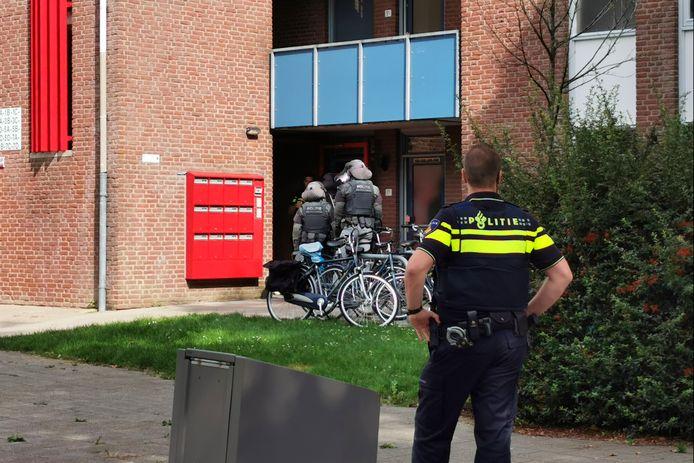 De politie heeft in samenwerking met een arrestatieteam maandagmiddag een inval gedaan bij een flatgebouw in Ede
