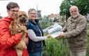 Natalie Tjeerdsma en Coby van de Riet (rode jas) willen een omheind hondenlosloopgebied in Dalfsen. Een petitie is overhandigd aan wethouder  Ruud van Leeuwen