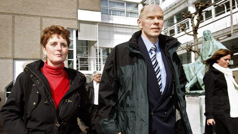 Ernst Louwes verlaat in 2008 samen met zijn echtgenote het gebouw van de Hoge Raad. Beeld ANP