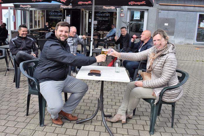 Archiefbeeld: Bij de vorige heropening van de horeca klonken burgemeester Brent Meuleman (sp.a) en schepen van lokale economie Isabel Dellaert (sp.a) samen op een terrasje.