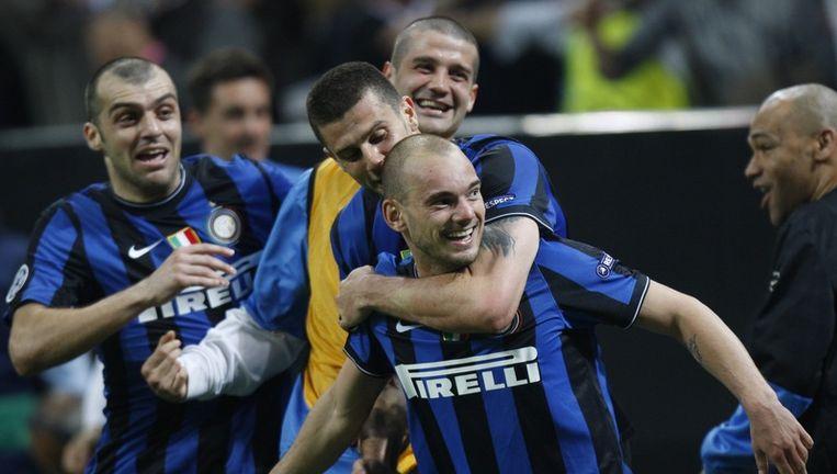 Wesley Sneijder, die de gelijkmaker scoorde, wordt geknuffeld door enkele ploegmaats.