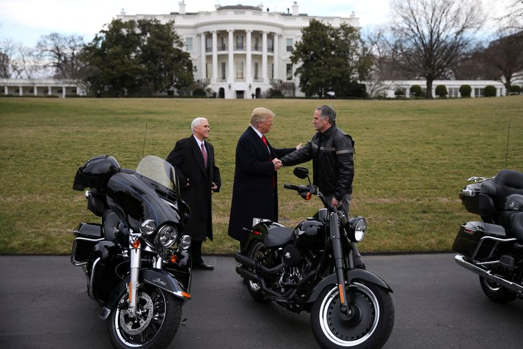 De Amerikaanse president Donald Trump ontving Matthew S. Levatich, CEO van Harley Davidson, begin deze maand op het Witte Huis.  Beeld REUTERS