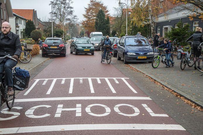 Een fietsstraat aan de Zwarteweg voor basisschool De Ichtus in Zwolle-Zuid.