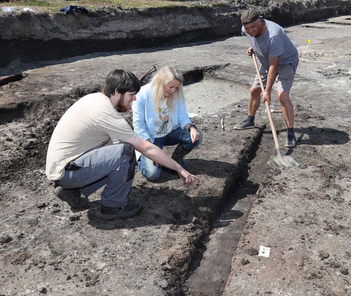 Archeologisch onderzoek in de Aardenburgse Peurssensstraat, Michiel Dekoninck, Nathalie de Visser en Marcel de Koning kijken naar zoutsporen.
