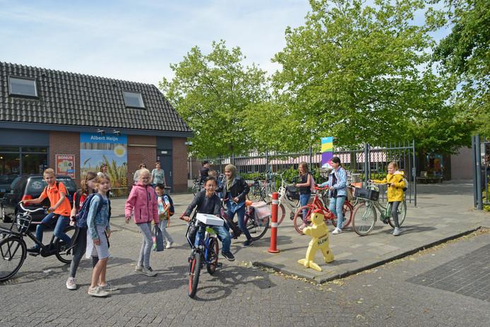 Groep 6 van De Meerpaal in Bruinisse gaat in de middagpauze naar huis. Het schoolbestuur vreest voor onveilige situaties als de kinderen langs de verbouwde Albert Heijn moeten.