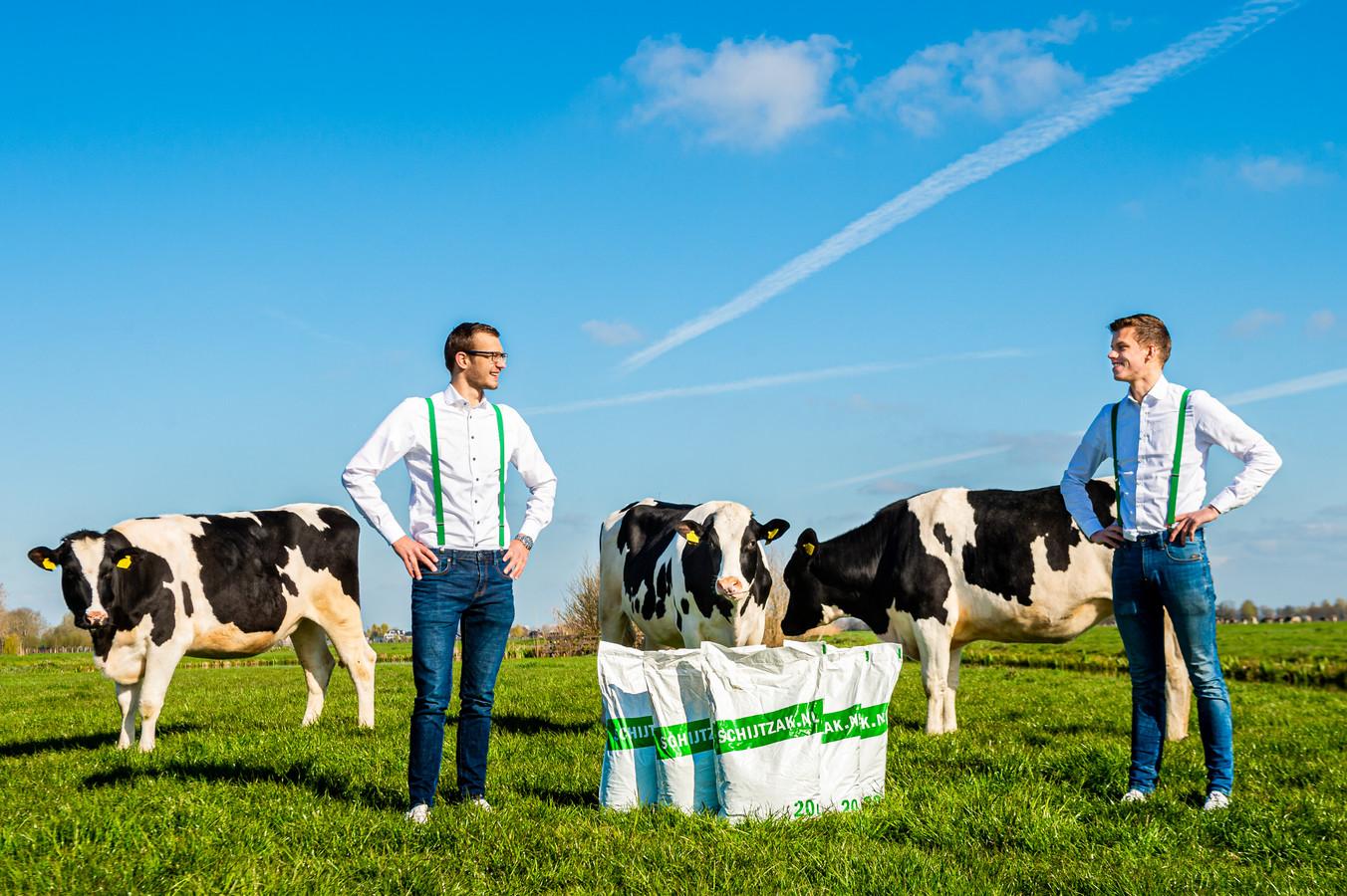 De studerende vrienden Ard-Jan Hoogland (links) en Benjamin Zuidbroek verkopen gedroogde koeienmest in zakken via hun onderneming Schijtzak.nl.