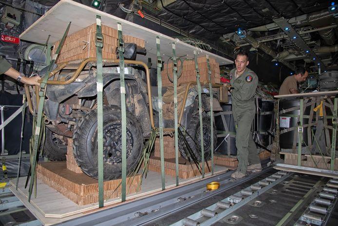 Een quad wordt in het ruim van een Hercules C-130 geplaatst en later op tien kilometer hoogte van de laadklep gerold.