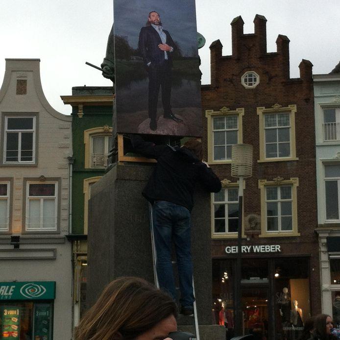 Het portret van kunstenaar Posset werd verwijderd van het standbeeld van Jeroen Bosch op de Markt in Den Bosch.