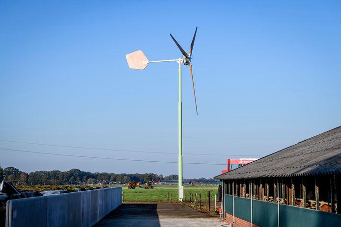 Een voorbeeld van een kleine windmolen bij een boerenbedrijf.  Ter vergelijking: de windmolen langs de A2 bij Zaltbommel is zes keer zo hoog.