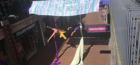 Extinction Rebellion in actie in de Marikenstraat: trapeze-act voor weinig publiek