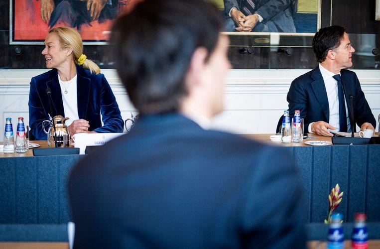 Sigrid Kaag (D66), Mark Rutte (VVD) en op de voorgrond Wopke Hoekstra (CDA) in de Rooksalon van de Tweede Kamer. Tijdens de bijeenkomst wordt de profielschets voor een informateur en diens mogelijke opdracht besproken.  Beeld Freek van den Bergh