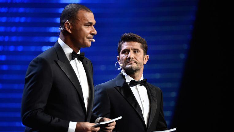 Ex-voetballers Ruud Gullit en Bixente Lizarazu tijdens de loting in Parijs. Beeld getty