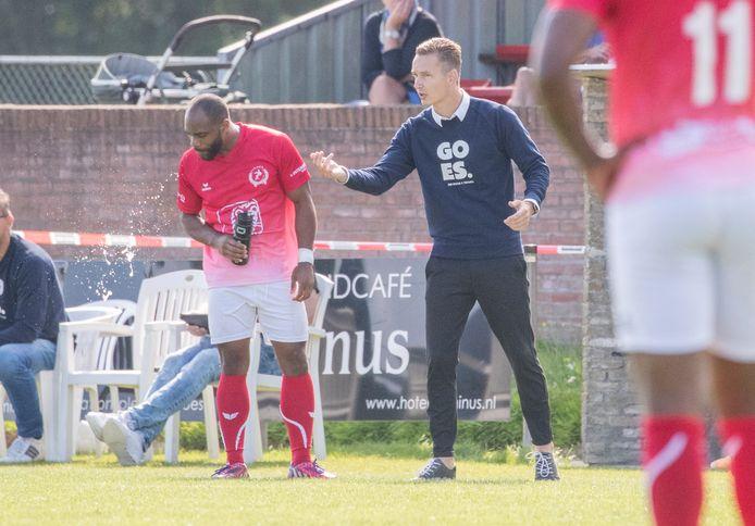 Kevin Hollander geeft verdediger Renzo Roemeratoe aanwijzingen, tijdens het competitieduel met de amateurs van Ajax.
