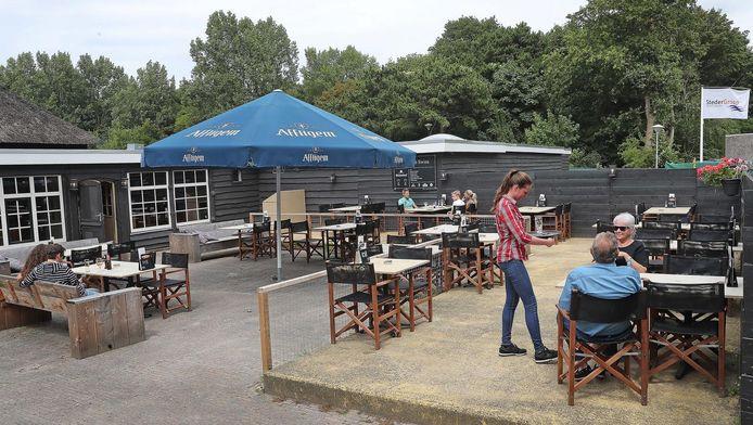 Waar is iedereen toch? De stilte op het terras van Swins doet niets af aan het lekkere eten en de vriendelijke bediening in dit bourgondische grand café.