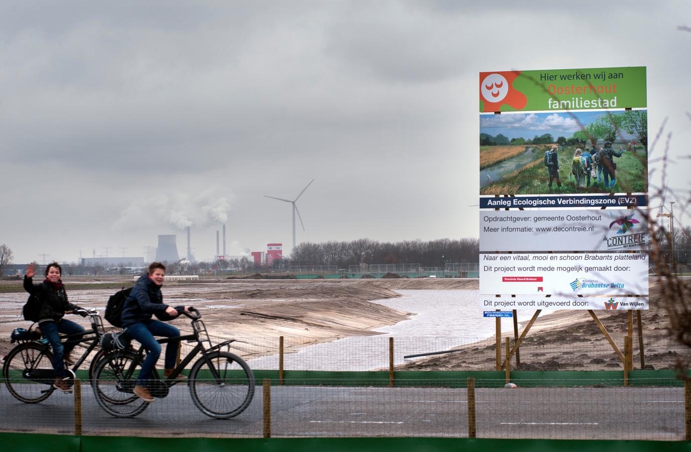 Het westelijke deel van de ecozone gezien vanaf de Vrachelsestraat. De foto dateert van 2014 toen dit deel van de groene zone werd aangelegd. Op de achtergrond de koeltoren van Geertruidenberg.