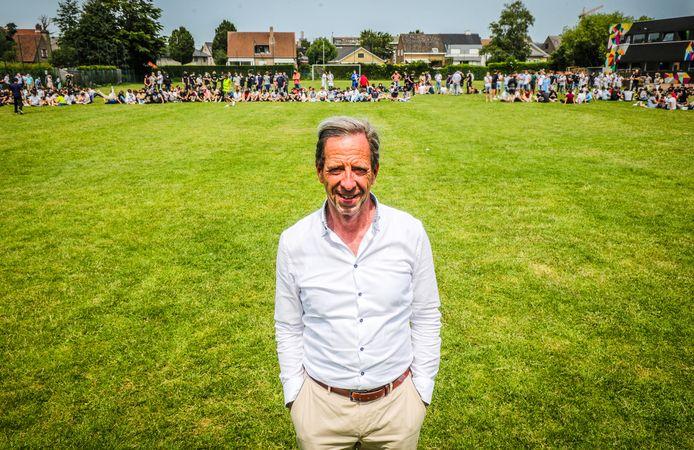 Na een carrière van meer dan 40 jaar is directeur Peter Schotte met een vals brandalarm naar buiten gelokt, zodat passend afscheid kon genomen worden.