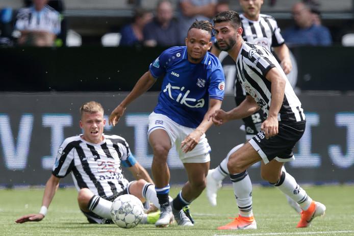 (L-R) Dario van den Buijs, Chidera Ejuke & Mohammed Osman tijdens Heracles Almelo - SC Heerenveen