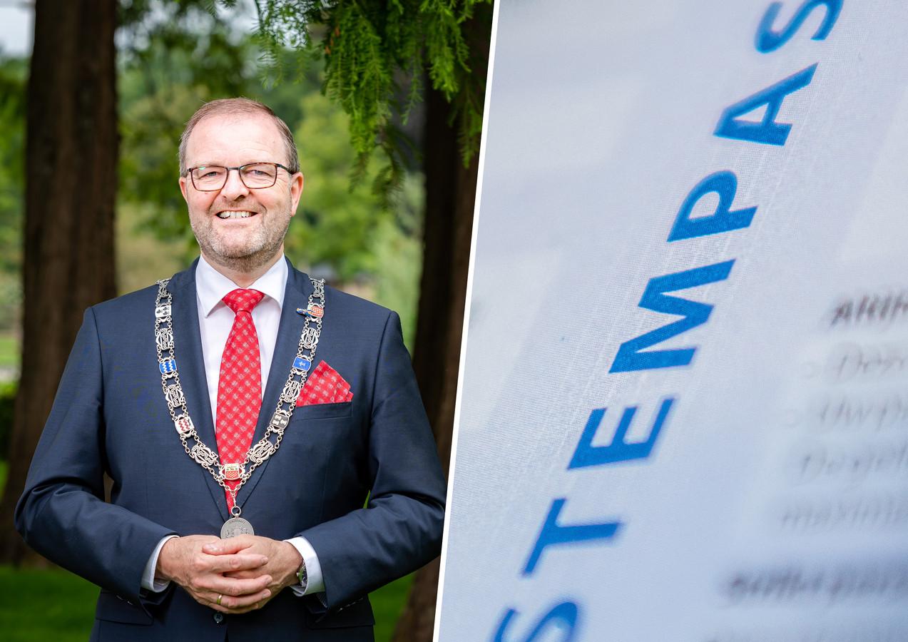 Burgemeester Servaas Stoop gaat door het stof om de fout met stempassen voor overleden personen.
