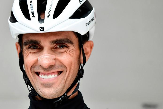 Alberto Contador rijdt een ereronde met nummer 1 op zijn rug.