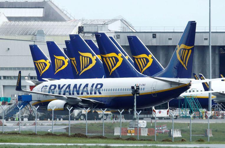 Vliegtuigen van Ryanair staan langdurig geparkeerd op het vliegveld van Dublin. Beeld REUTERS