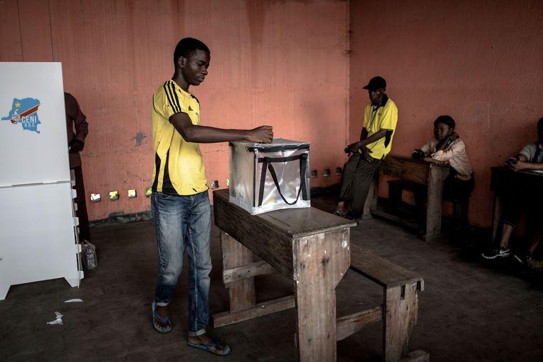 ► 24 procent van de geobserveerde stembureaus zou te vroeg zijn dichtgegaan. En 17 procent van de bureaus zou mensen hebben laten stemmen zonder de juiste registratiemiddelen. Beeld AFP