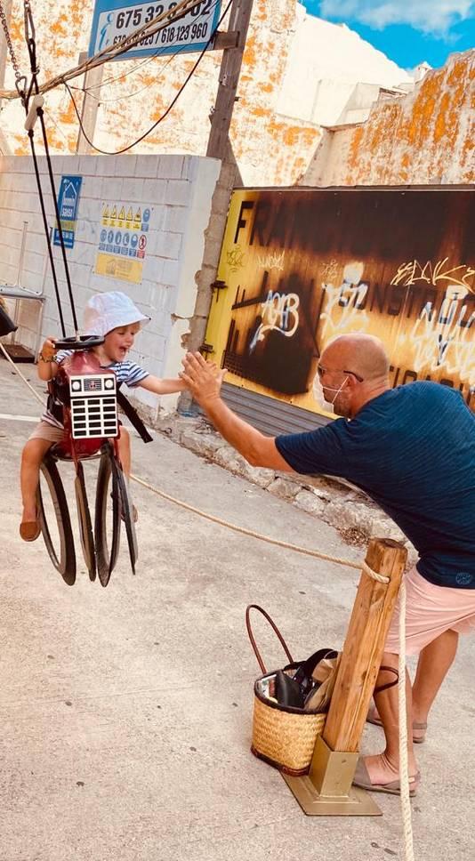 Alexander (3 jaar) heel plezier in de draaimolen in Mahon op het eilnd Menorca.