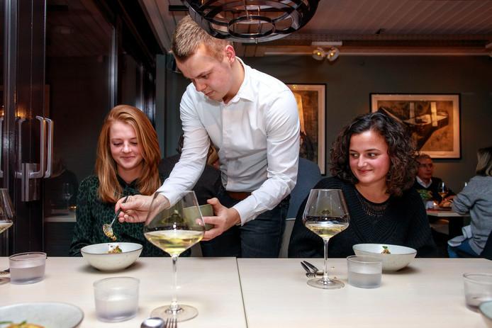 Met beleid wordt in restaurant Somm het voorgerecht geserveerd.