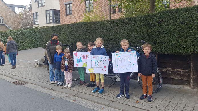 Het buurtcomité van de Bergstraat ging aan de slag om zijn woning te versieren en deze kinderen zorgden voor een muzikale noot ter ere van de jarige.